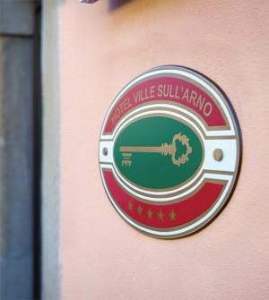 Schild mit Hotelklassifizierung für Italien
