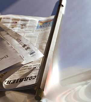 Zeitungshalter für Hotelrezeption
