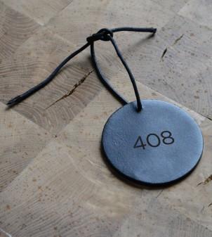 Personalisierbarer Schlüsselanhänger aus Leder für Hotels - APIR