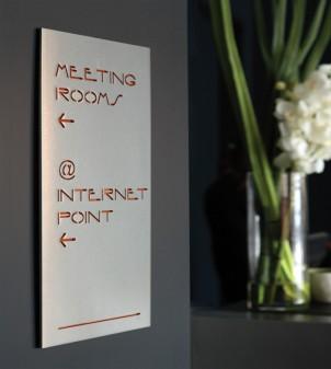 Leitsystem Hotel aus Aluminium, Messing oder Plexiglas.