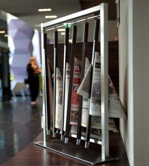 Zeitungsständer aus Edelstahl für Hotel mit 6 Zeitungshalter aus Holz.