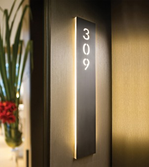 Beleuchteter Schild aus Metall oder Plexiglas