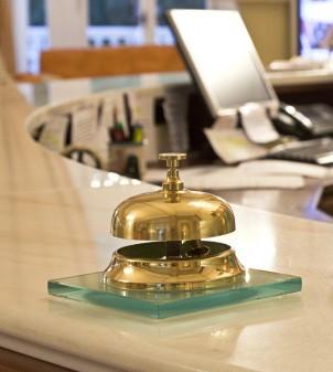 Tischklingel für die Hotel-Rezeption mit Basis aus Glas