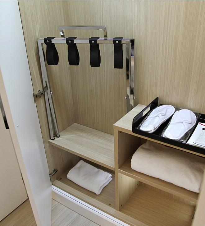 Hotelzimmer-Kofferablage mit Wandschutz