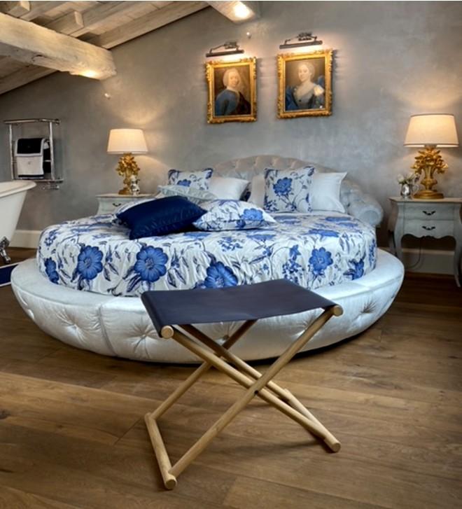 Kofferständer aus Holz für Hotel 'Tomo'