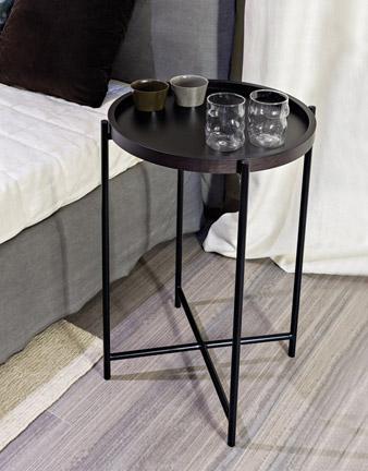 Tisch mit abnehmbaren Tablett